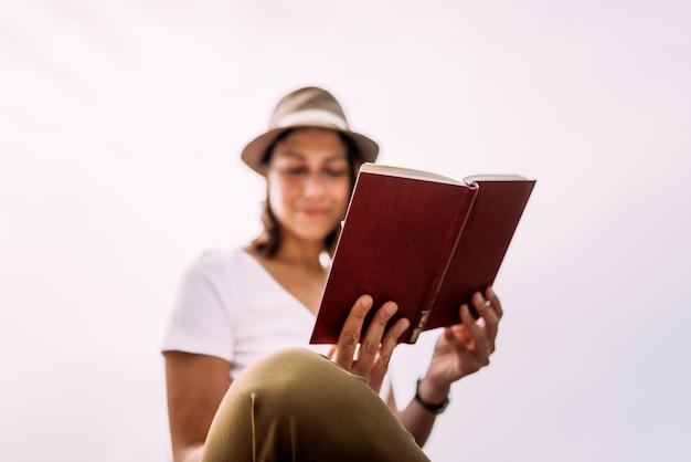 Lendo um livro ao ar livre. fechar-se.