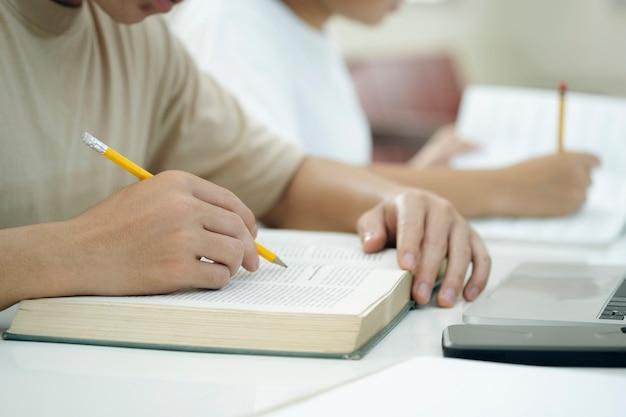 Lendo um livro. conceito de educação, acadêmico, aprendizagem de leitura e exame.
