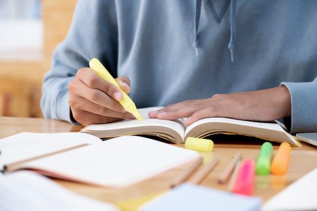 Lendo um livro. conceito de educação.