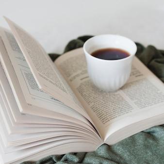 Lendo um livro e tomando café