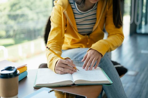 Lendo um livro. educação, acadêmico, aprendendo a ler e o conceito de exame.