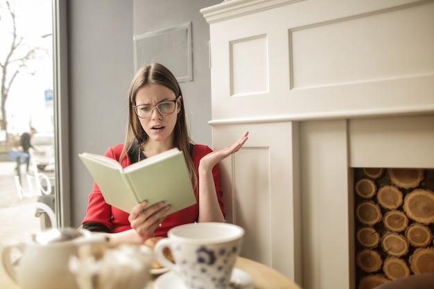 Lendo um livro interessante
