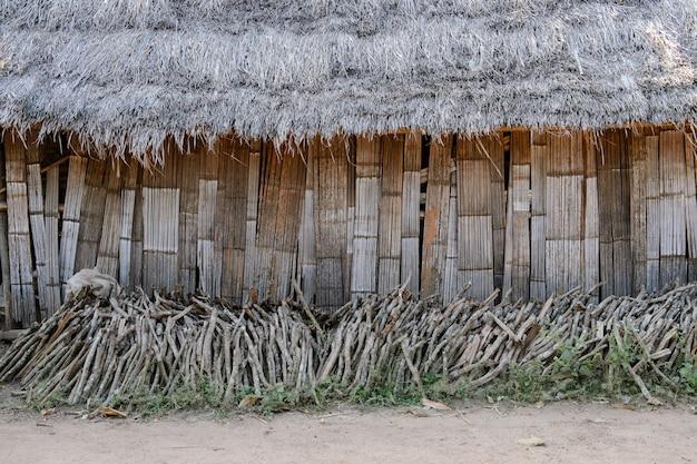 Lenha em frente a casa de minorias rurais em lamphun, tailândia