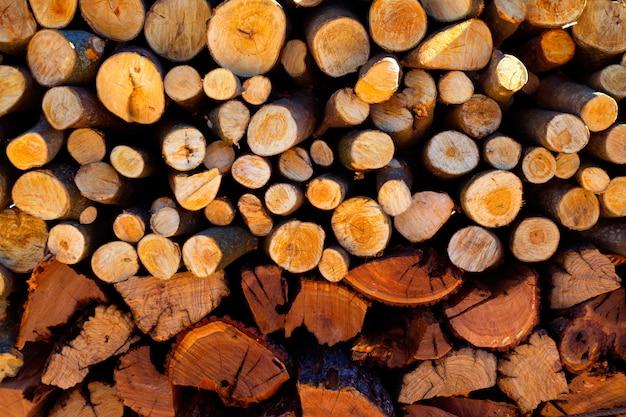 Lenha empilhada fogo madeira tamanhos diferentes
