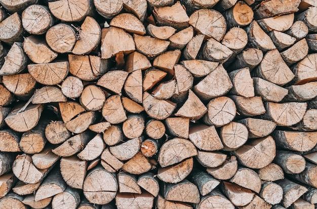 Lenha, pilha de lenha perto da textura de madeira.