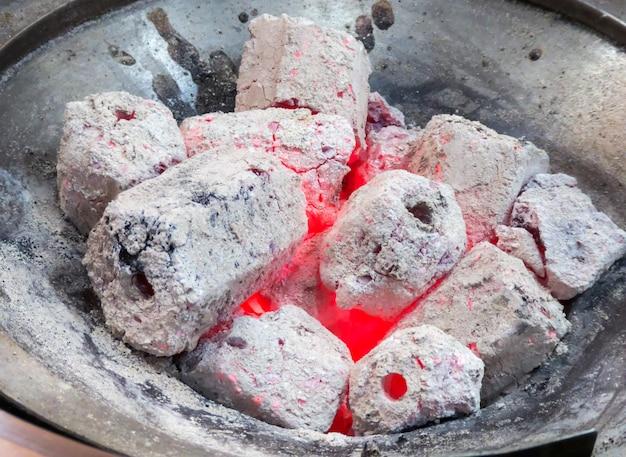 Lenha queimando do carvão vegetal que queima-se no fogão. feche acima e foco seletivo.