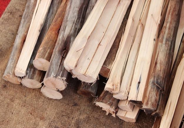 Lenha seca picada registra em uma pilha