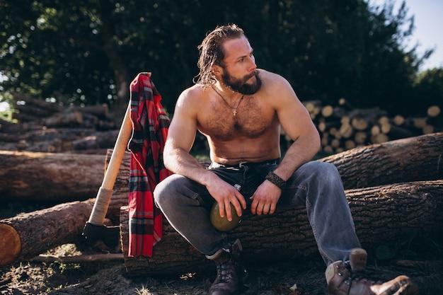 Lenhador com um machado e água na floresta
