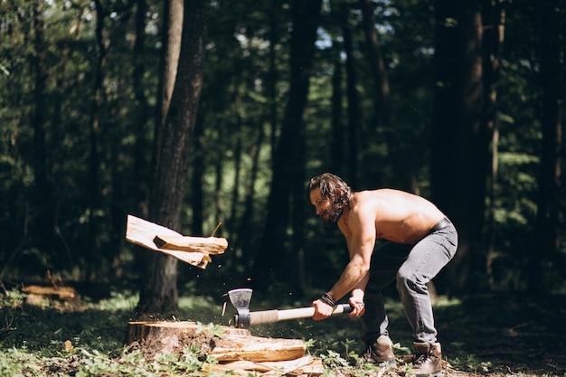 Lenhador com um machado