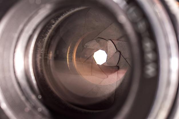 Lente da câmera com reflexos.