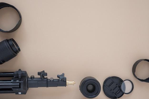 Lente da câmera e acessórios da câmera dispostos em fundo colorido