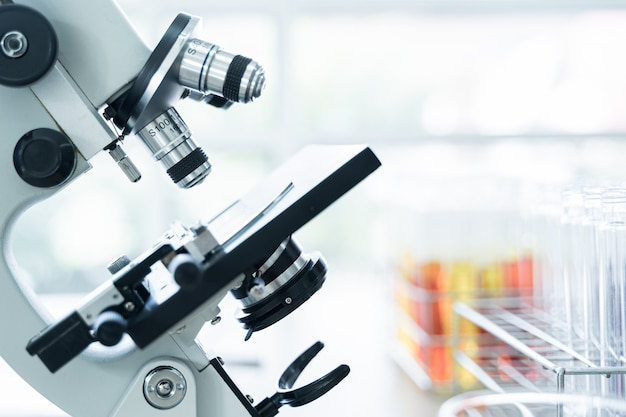 Lente de microscópio com tubo de ensaio em rack