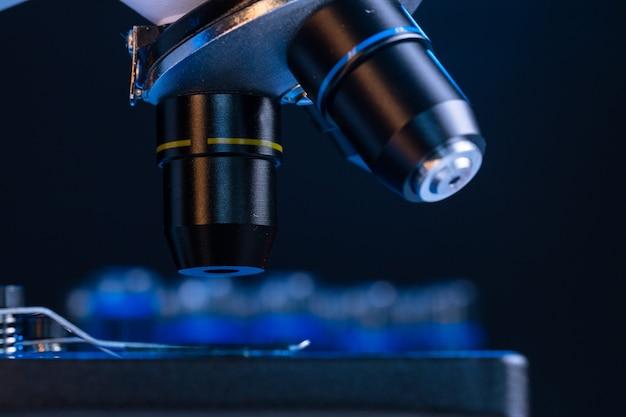 Lente de microscópio fecha em fundo escuro