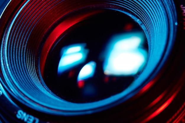 Lente macro dslr de foco seletivo de close-up em um raio colorido