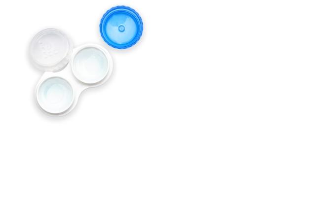 Lentes em um recipiente em um fundo branco isolado