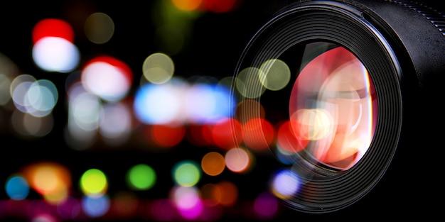 Lentes fotográficas e luzes da rua da cidade bokeh