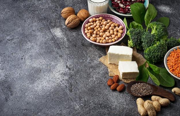 Lentilhas, grão de bico, nozes, feijão, espinafre, tofu, brócolis e chi