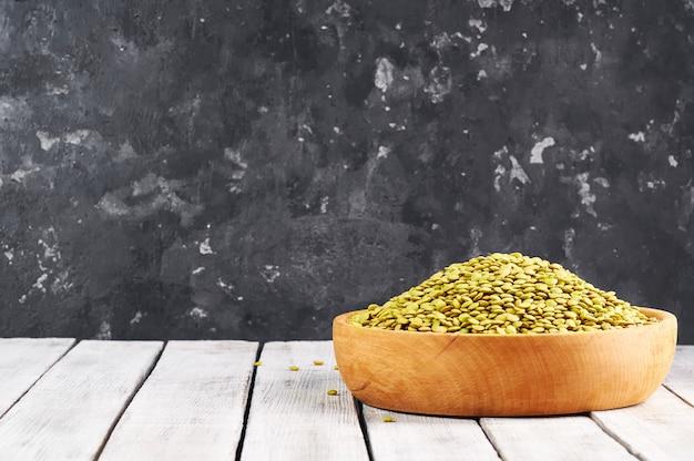 Lentilhas verdes em um fundo de madeira