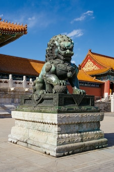 Leões de bronze, museu do palácio na cidade proibida, china. está um dia de sol claro.