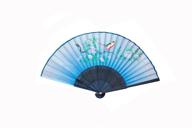 Leque de mão azul com pássaros e flores isoladas em branco