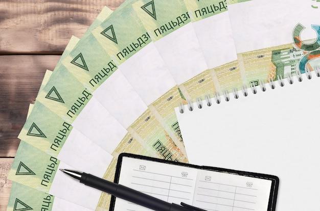 Leque de notas de 50 rublos bielorrussos e bloco de notas com livro de contato
