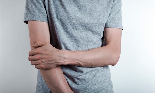 Lesão da articulação do cotovelo. artrite.