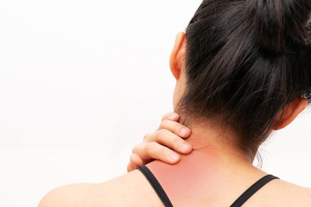 Lesão de dor de pescoço e ombro de mulheres jovens