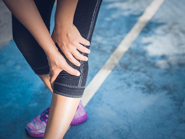 Lesão de joelho esporte corredor. mulher com dor durante a execução. conceito de lesões do esporte.