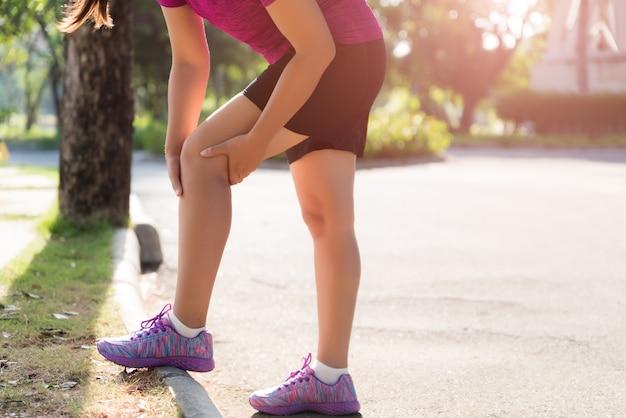 Lesão de joelho esporte corredor. mulher, joelho, dor, enquanto, executando, jardim