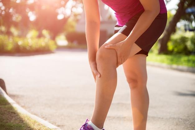 Lesão de joelho esporte corredor. mulher, joelho, dor, enquanto, executando