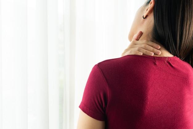 Lesão de pescoço e ombro de mulheres jovens, conceito médico e de saúde