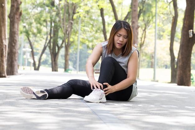 Lesão esportiva. mulher, com, dor, em, tornozelo, enquanto, sacudindo