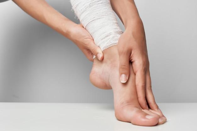 Lesão feminina na perna enfaixada closeup problemas de saúde