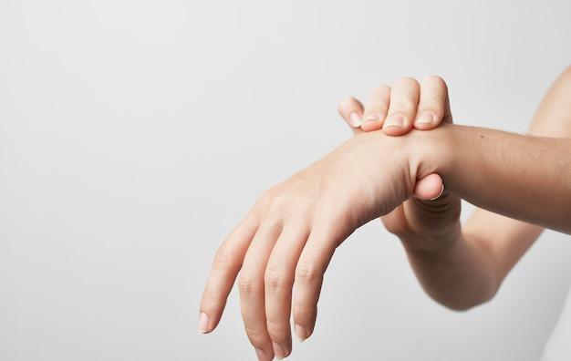 Lesão na mão amassando medicina cinza de tratamento de recuperação.