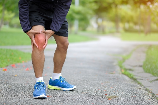 Lesão na perna de esportes, músculo doloroso durante o treinamento