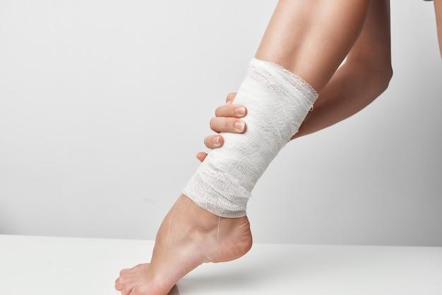 Lesão na perna enfaixada closeup problemas de saúde