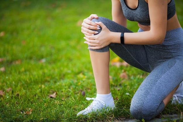 Lesão na perna. fitness mulher sofrendo de dor na perna após o treino