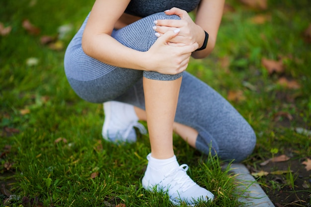 Lesão na perna. mulher bonita, sentindo dor no joelho