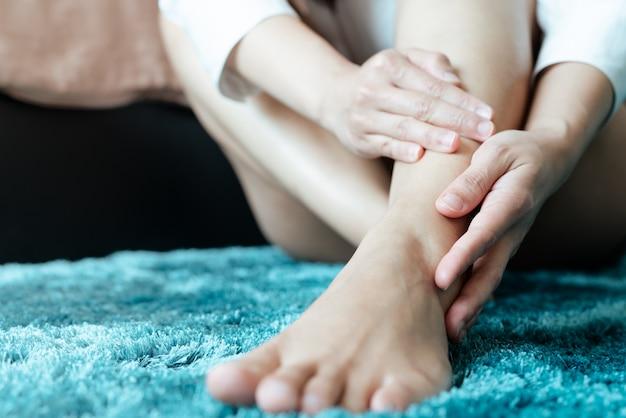 Lesão no tornozelo da perna da mulher / doloroso, as mulheres tocam a perna do tornozelo dor