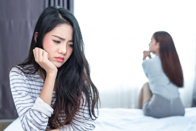 Lésbica casada tendo estressado após o conflito com os amantes no quarto