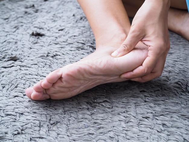 Lesões nos pés usam massagem nas mãos nos pés para relaxar os músculos da dor no calcanhar