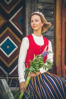 Letão mulher em roupas tradicionais
