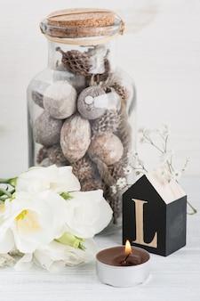 Letra de madeira e flores l na mesa branca