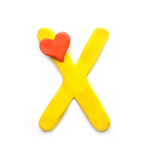 Letra de plasticina amarela x alfabeto inglês com coração vermelho significando amor