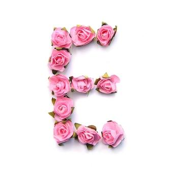 Letra e do alfabeto inglês de rosas na superfície branca