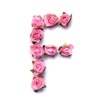 Letra f do alfabeto inglês de rosas na superfície branca
