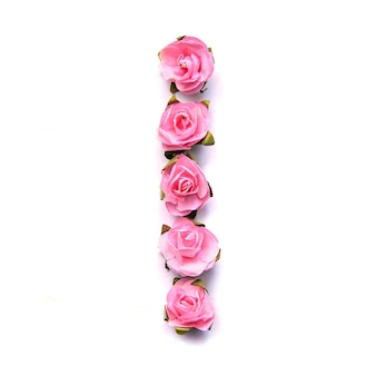 Letra i do alfabeto inglês de rosas na superfície branca