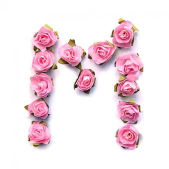 Letra m do alfabeto inglês de rosas na superfície branca