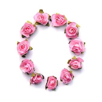 Letra o do alfabeto inglês de rosas na superfície branca
