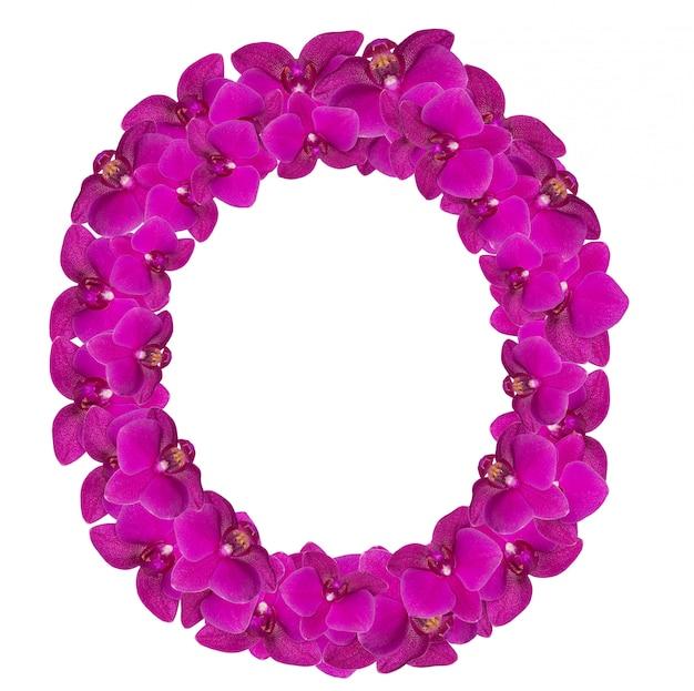 Letra o feita de pétalas de flores rosa